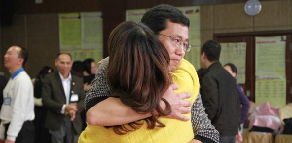 时间线后的学员拥抱